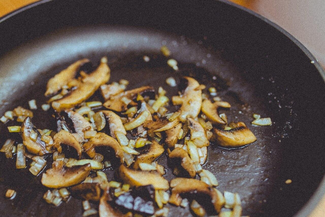 Жареные продукты. Поджаренная любая еда на сковородке в своем составе содержит трансжиры. А это, как правило, повышенный уровень холестерина и хуже всего накопление в организме канцерогенов, что в дальнейшем повлияет на снижение либидо.