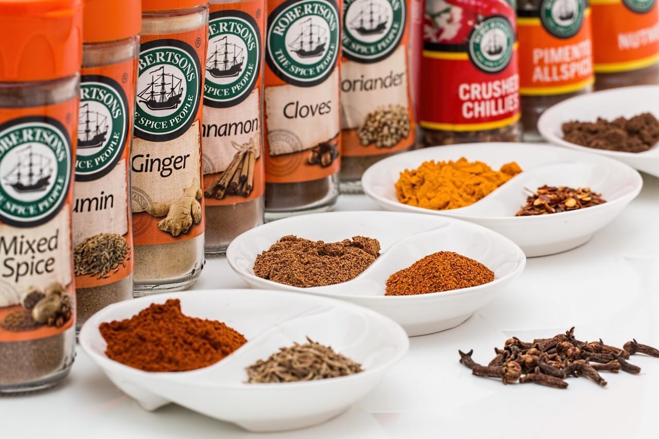 Чтобы предотвратить пагубное воздействие продуктов окисления на организм, добавляйте в приготовленные блюда травы, - розмарин, орегано, тимьян, куркуму, мускатный орех, корицу, тмин, имбирь и перец чили.