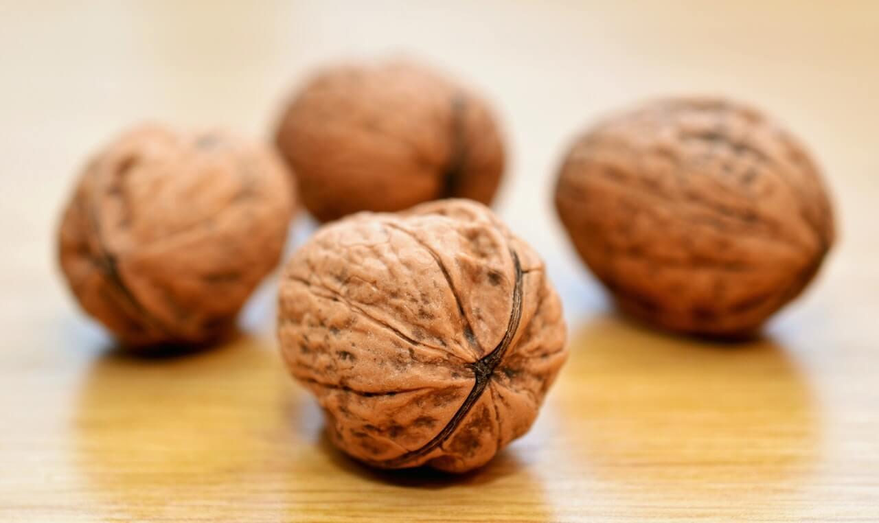 Как правильно есть орехи и семечки?